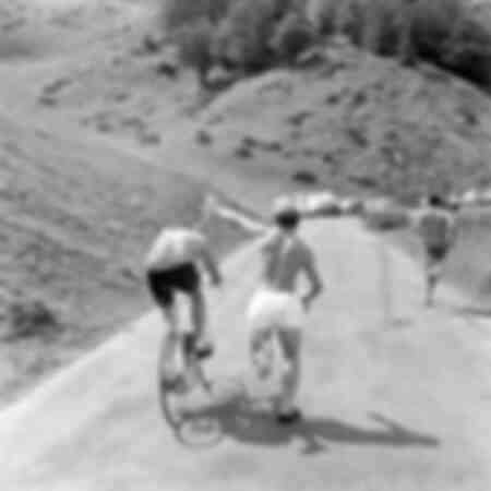 Eddy Merckx wird von einem Zuschauer mit Wasser besprüht