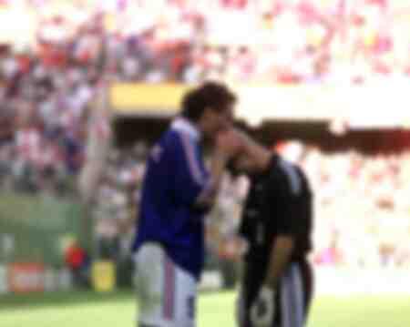 Laurent Blanc bacia Fabien Barthez dopo la vittoria contro il Paraguay