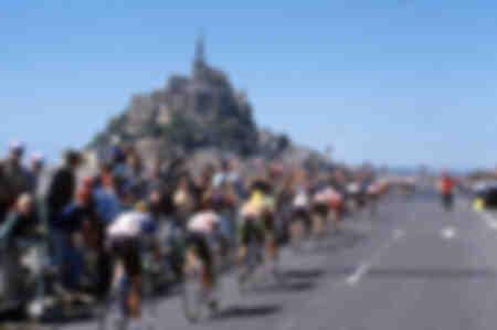 Die Fahrer der Tour 1990 fahren vor dem Mont Saint Michel vorbei