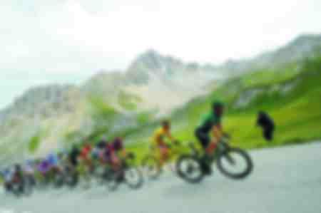 Die Tourfahrer greifen in Alpe d'Huez an