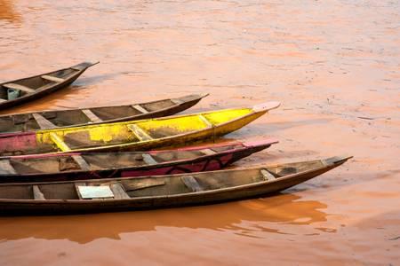 Palette mit Pirogen auf dem Niger
