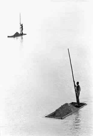 Pêcheurs de sable sur le fleuve Sanaga
