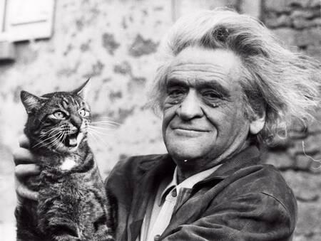 L'écrivain Joseph Kessel et son chat Mustapha II