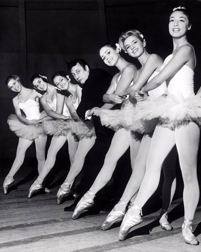 Raymond Devos Entoure De Danseuses