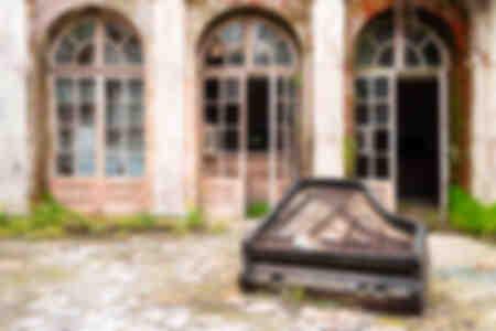 Piano abandonné sur le sol