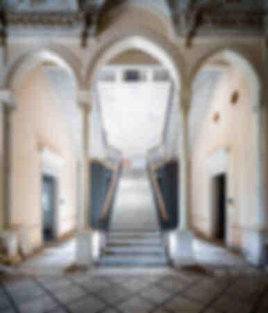 Scala abbandonata a tre archi