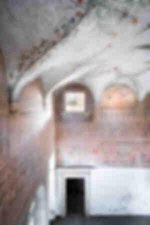 Övergiven palats med freskomålning