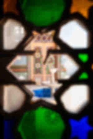 Fontana segreta dietro il vetro colorato