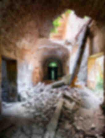 Villa abbandonata in grave putrefazione