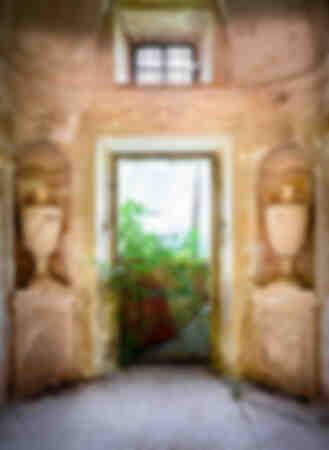 Villa abbandonata con vasi