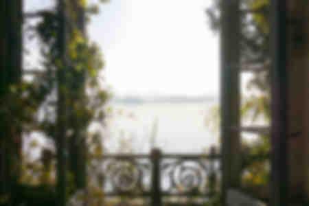 Fenêtre avec vue sur le lac