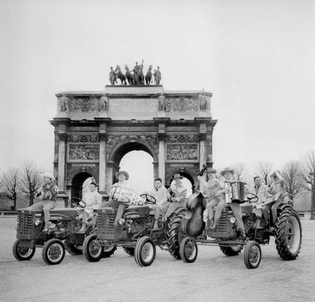 Farmers in front of the Caroussel Arc in 1959