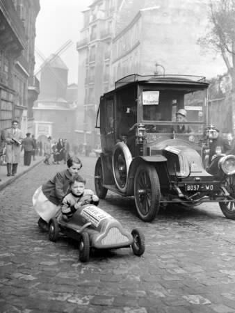 Enfants participant à la Course au ralenti de Montmartre