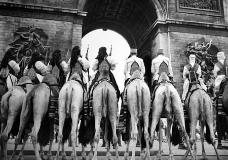 Hommage au soldat inconnu sous l'Arc de Triomphe