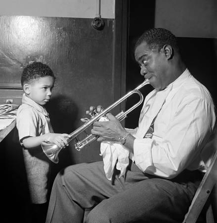 Le Jazzman Américain Louis Armstrong jouant de la trompette