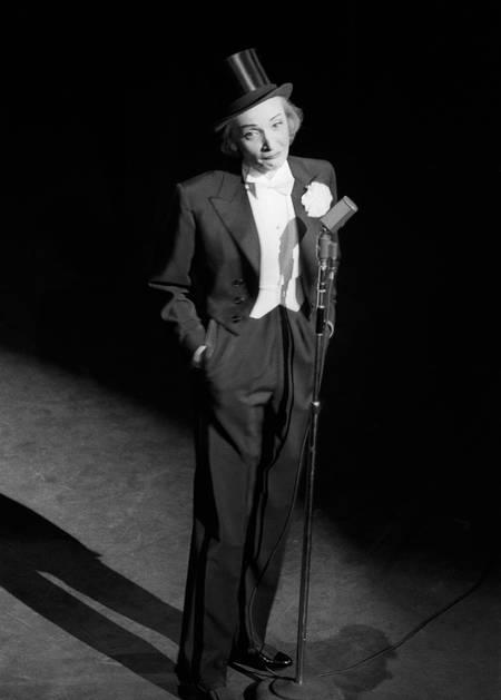 Marlene Dietrich sur la scène du Théâtre de l'Etoile à Paris en 1970