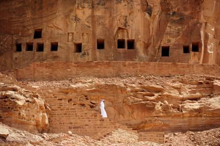 Saoudien au site archéologique de Khuraiba
