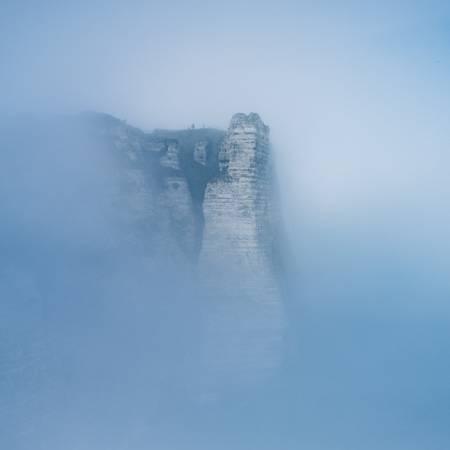 Falaises d'Etretat dans la brume