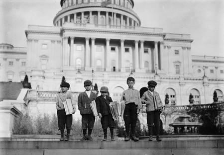 Groupe de Newsies sur les marches du Capitole