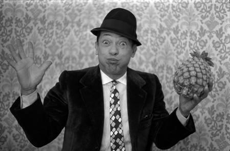 Henri Salvador spielt mit einer Ananas