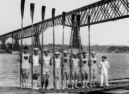 L'équipe d'aviron du Wisconsin pose devant l'Hudson river