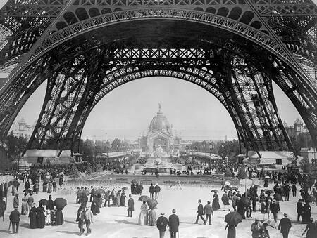 Vue du rez-de-chaussée de la tour Eiffel