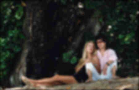 Jerry Hall et Mick Jagger sur une plage à la Barbade 1987