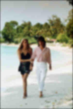 Jerry Hall et Mick Jagger se promènent sur une plage à la Barbade 1987