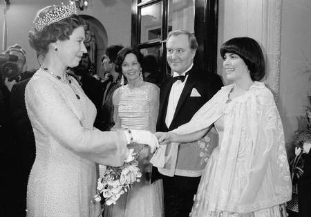 Queen Elisabeth meets Mireille Mathieu