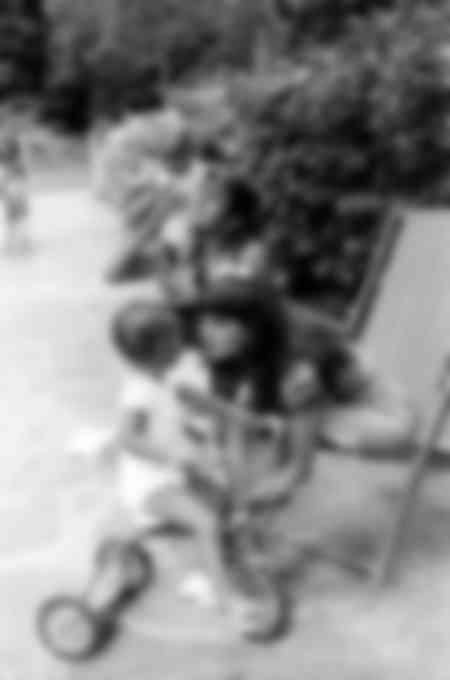 Adriano Celentano et Claudia Mori au bord de l'eau