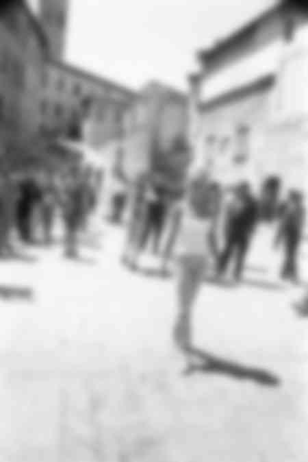 Brigitte Bardot flânant à Spoleto