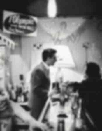 Gilbert Bécaud in un bar 1959