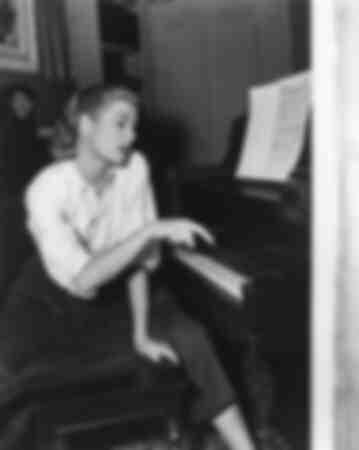 Grace Kelly au piano 1954