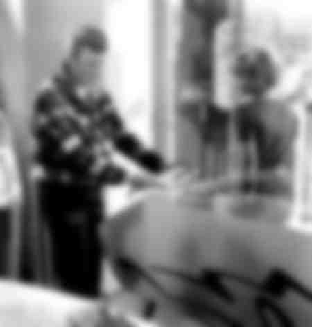 Johnny Hallyday joue au flipper en 1963