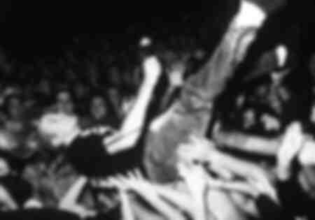 Kurt Cobain in den Armen seiner Fans