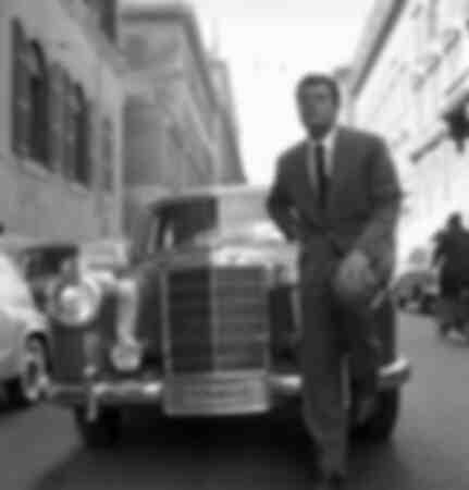 Marcello Mastroianni posant en Italie 1956