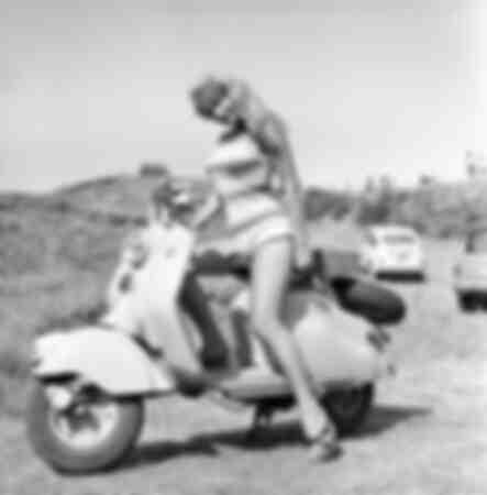 Marisa Allasio poserar på en Vespa i Italien 1956