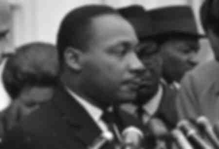Martin Luther King en una conferencia de prensa