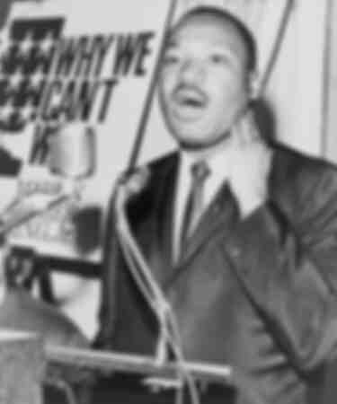 Martin Luther King durante una conferenza stampa