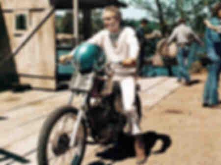 Paul Newman i sportkläder på sin motorcykel