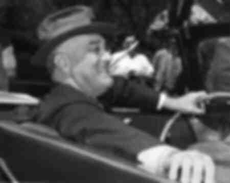 Il presidente Franklin Roosevelt fuma una sigaretta