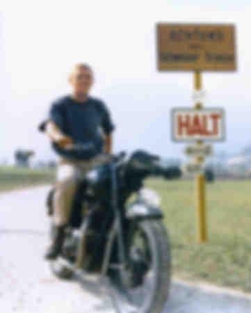 Steve McQueen auf einem 1962 Triumph T110