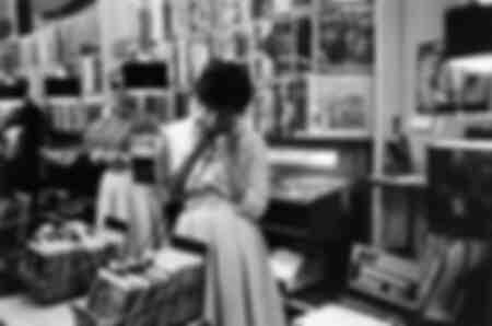 Une fille dans un magasin de disques à Copenhague
