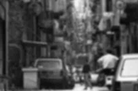Een smal straatje in de Spaanse wijk in Napels