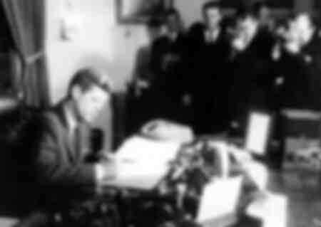 De Amerikaanse president John Fitzgerald Kennedy ondertekent de verklaring van de zeeblokkade van Cuba