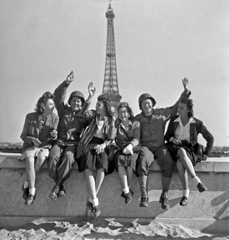 American women and soldiers in front of the Eiffel Tower in 1944