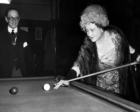 La reine Elizabeth jouant au billard
