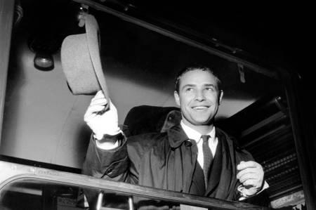 Marlon Brando salue la foule en 1954