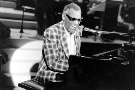 Ray Charles am Klavier im Jahr 1982