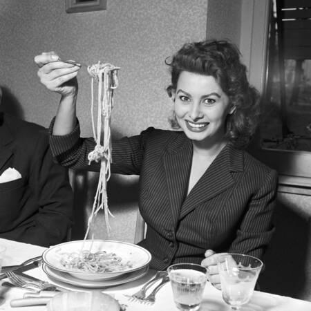 Sophia Loren mangia spaghetti 1953